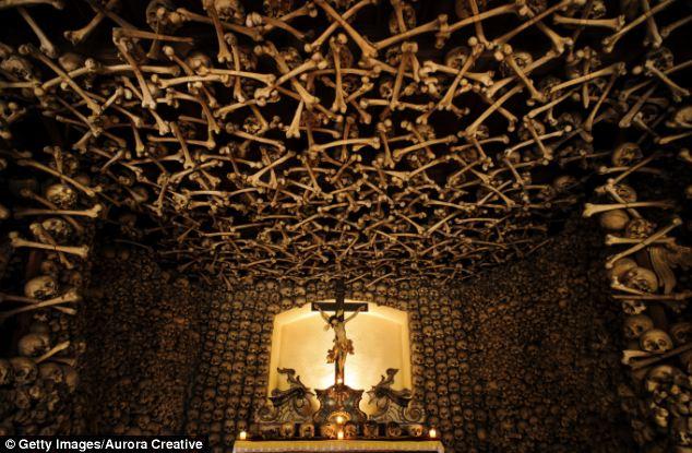 Lạnh người nhà thờ xây bằng đầu lâu, xương người 4