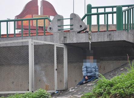 Nam thanh niên treo cổ trên thành cầu Bãi Cháy 4