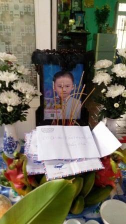 Cận cảnh đám tang lặng lẽ của cháu bé 8 tuổi bị bố đánh đến chết 4