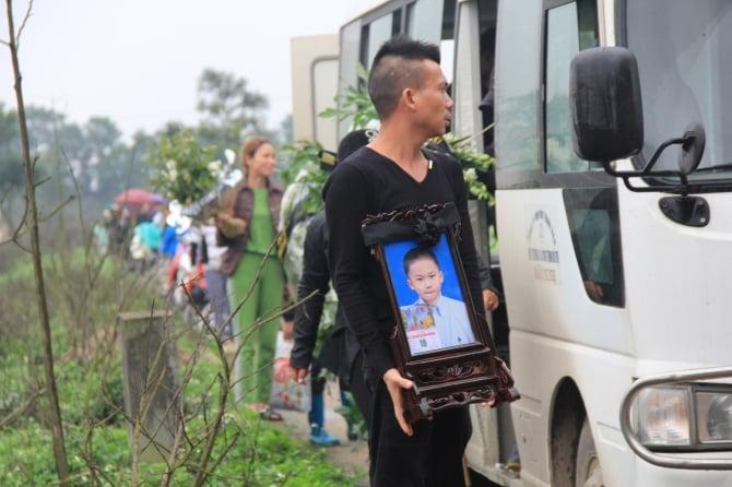 Hình ảnh Cận cảnh đám tang lặng lẽ của cháu bé 8 tuổi bị bố đánh đến chết số 16