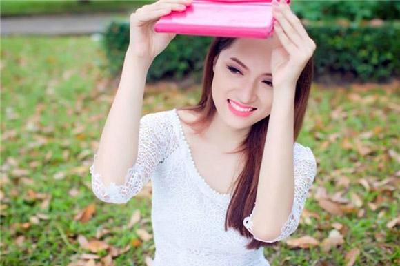 Chọn váy tôn nét nữ tính như Hương Giang Idol 7