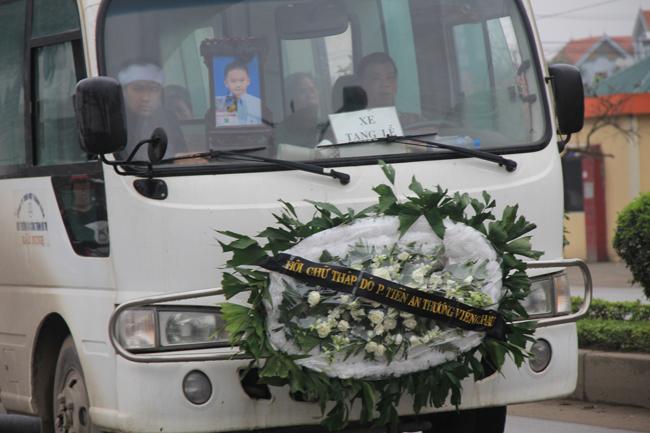Cận cảnh đám tang lặng lẽ của cháu bé 8 tuổi bị bố đánh đến chết 14