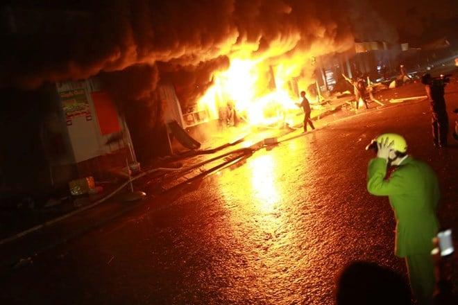 Cận cảnh Chợ Phố Hiến chìm trong biển lửa 10