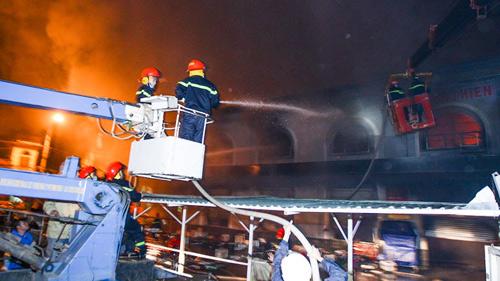 Cận cảnh Chợ Phố Hiến chìm trong biển lửa 11