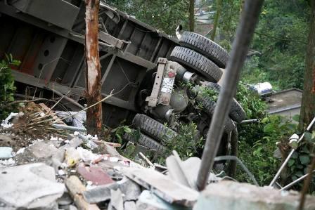 Xe ô tô tải đâm vào nhà dân, 2 bố con chết thảm 4