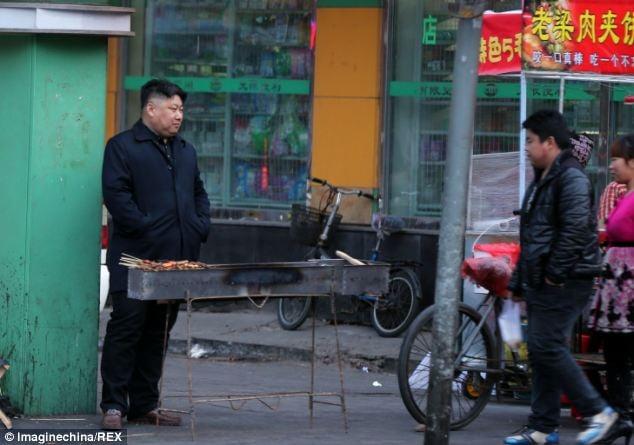"""""""Bản sao"""" của Kim Jong-un đi bán thịt nướng 6"""