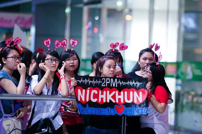 Fan Việt đón hụt Nickhun ở sân bay Tân Sơn Nhất 11
