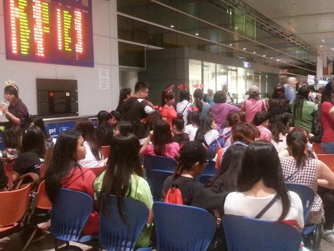 Fan Việt đón hụt Nickhun ở sân bay Tân Sơn Nhất 14