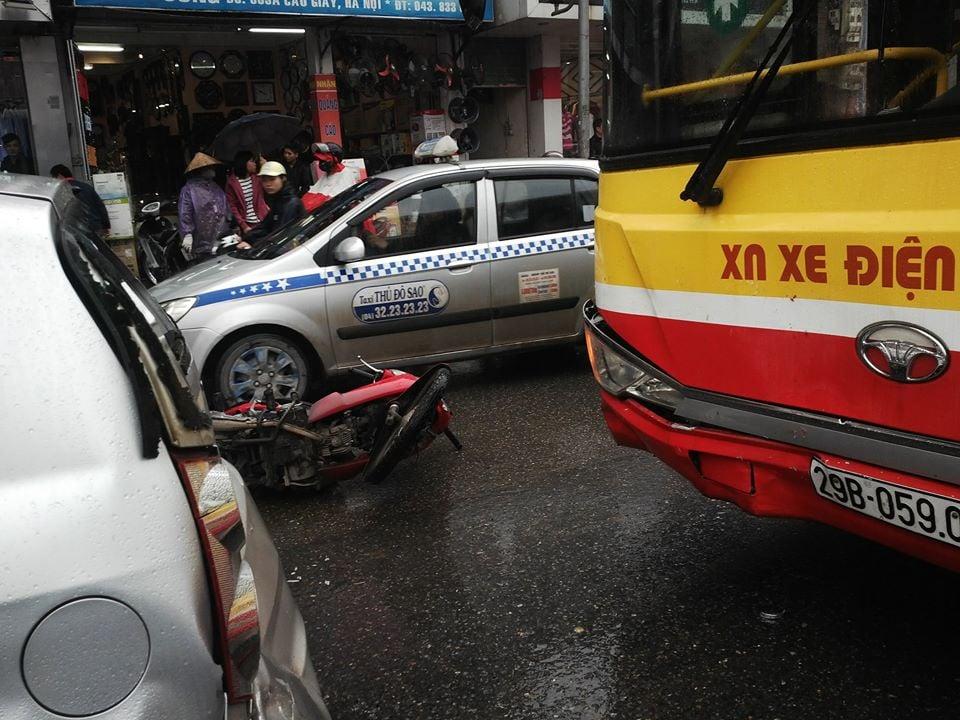 Xe buýt đâm xe máy, 1 người nhập viện 6