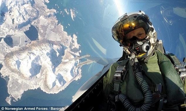 Phi công Na Uy chụp ảnh tự sướng trong lúc không chiến 5