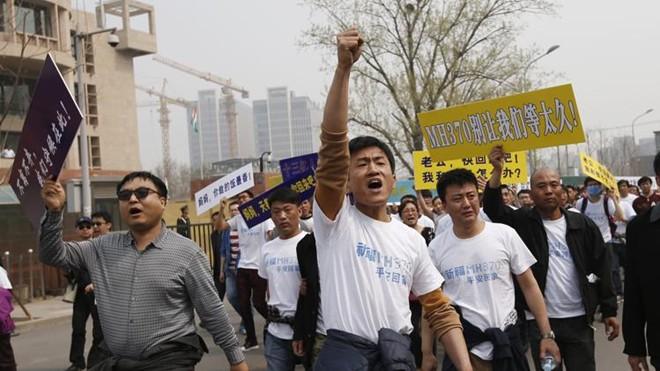Người thân hành khách trên chuyến bay MH370 biểu tình bên ngoài Đại sứ quán Malaysia