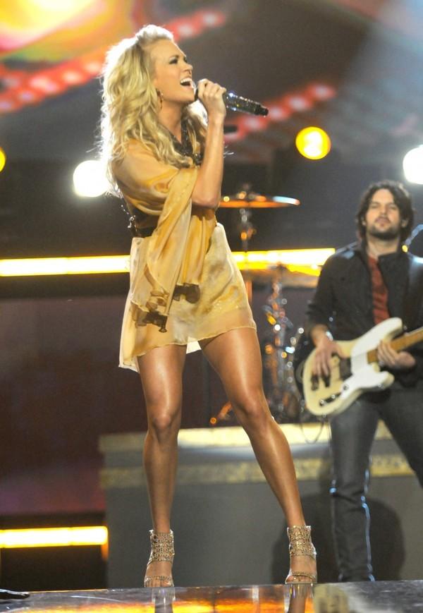 Taylor Swift dẫn đầu Top 15 sao có đôi chân đẹp nhất làng nhạc 19