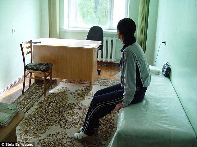 Nhật kí bán dâm của cô gái bị cha đẻ cưỡng hiếp đến mang thai 5