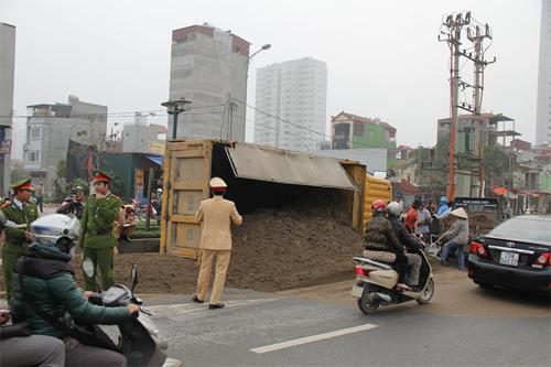 Xe tải lật ngang đường, tài xế ngất lịm trong ca bin 7
