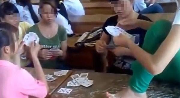 Một số bạn học ngang nhiên đánh bài trong lớp giờ ra chơi