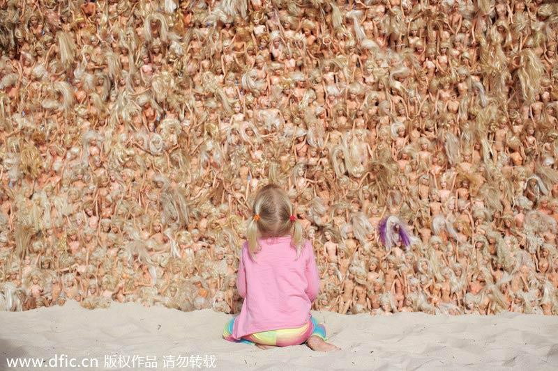 Con sóng khổng lồ được tạo thành từ hàng nghìn búp bê Barbie  8