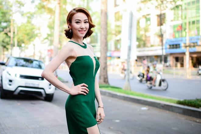 Ngân Khánh gợi cảm với trang phục xẻ táo bạo 6