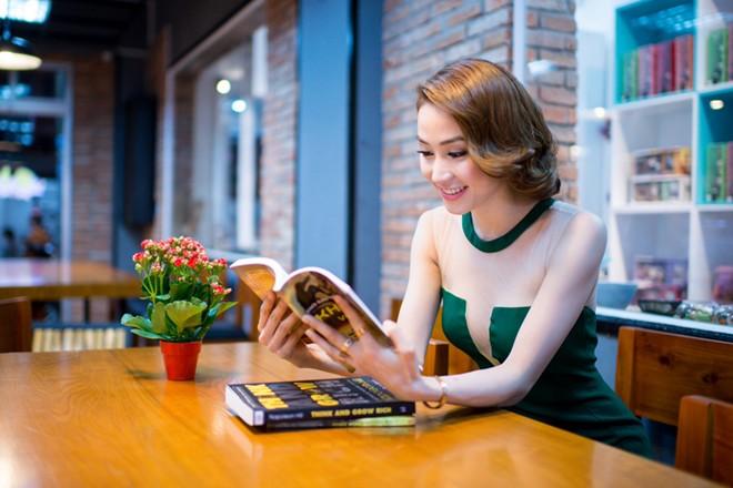 Ngân Khánh gợi cảm với trang phục xẻ táo bạo 7