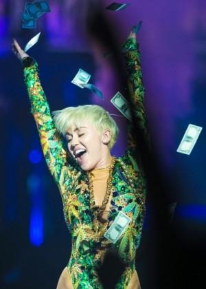 Miley Cyrus khoe vòng 3 sexy 7