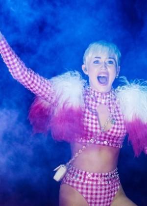 Miley Cyrus khoe vòng 3 sexy 13