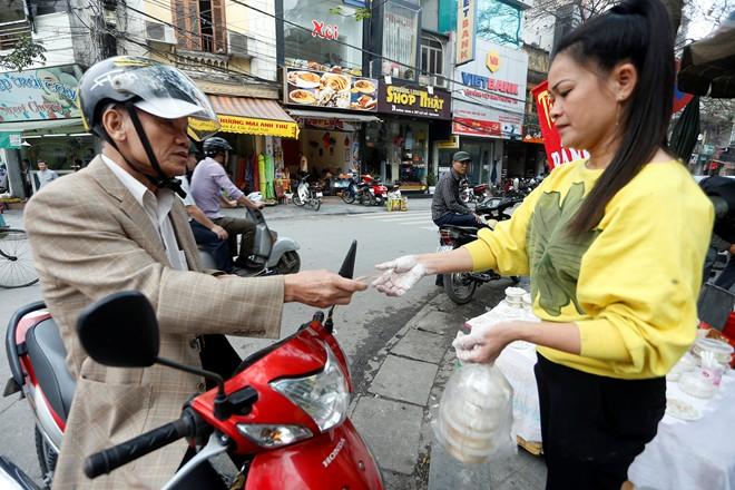 Chùm ảnh người Hà Nội đón Tết Hàn thực 12