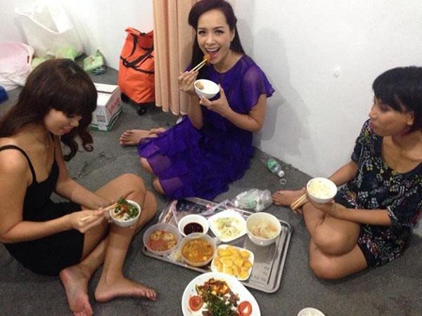 Những bữa ăn dã chiến của sao Việt sau hậu trường 9