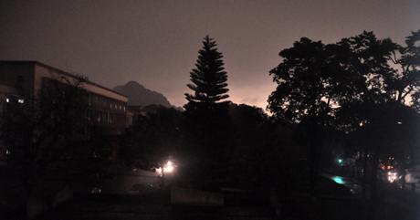 Chùm ảnh: 10 phút ngày biến thành đêm ở Quảng Ninh 7
