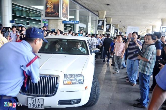 Xe limousine đưa đón Van Nistelrooy và chiếc cúp C1 ở Sài Gòn 12