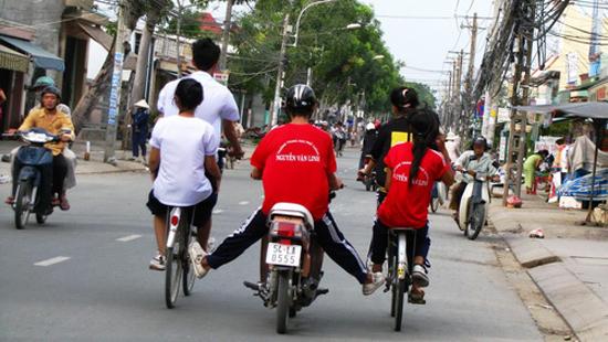 Xe máy đẩy xe đạp sẽ bị xử phạt nặng 5