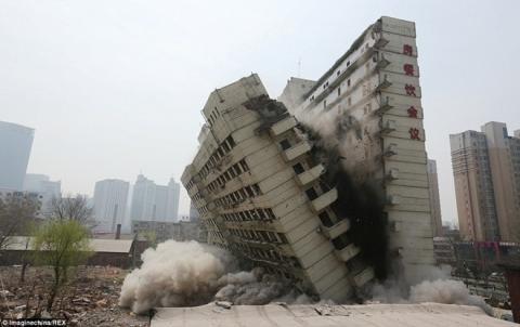 Cận cảnh toà nhà cao tầng bị xẻ đôi, đổ sập trong tích tắc 5