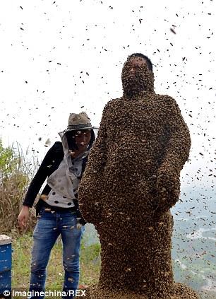 Dị nhân Trung Quốc để 45kg ong bâu kín người 11