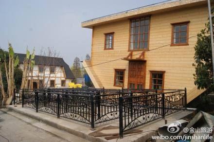 Trung Quốc xây nhà lộn ngược thu hút du lịch 7