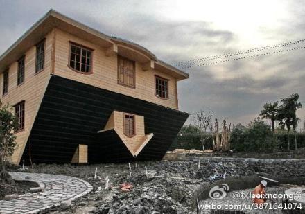 Trung Quốc xây nhà lộn ngược thu hút du lịch 9