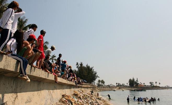 Lai dắt cá voi 5 tấn từ Trường Sa về chôn tại đảo Lý Sơn 1