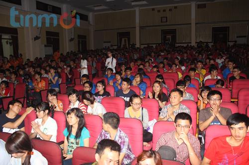 Hàng trăm sinh viên
