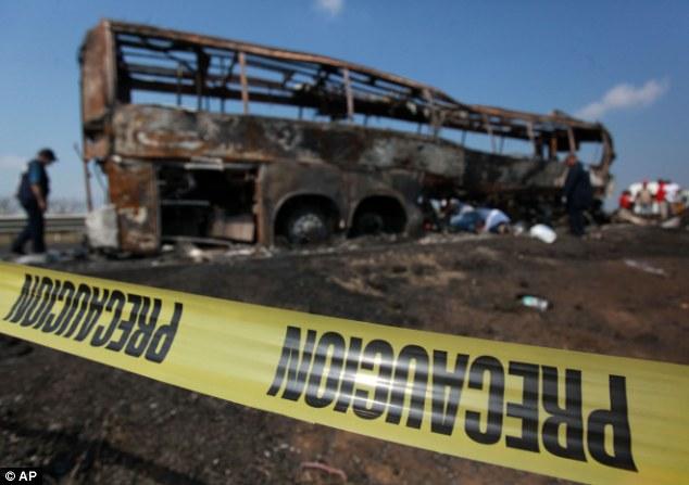 Mexico: Hiện trường xe bus đâm xe tải, 36 người bị thiêu sống 9