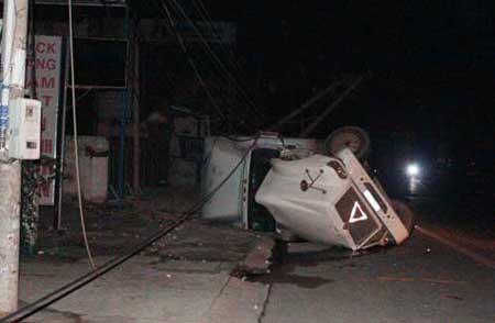 Hai container mất lái văng ra ngoài tấn công nhà dân 6