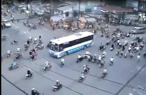 Clip chóng mặt với cảnh đường phố hỗn loạn 8
