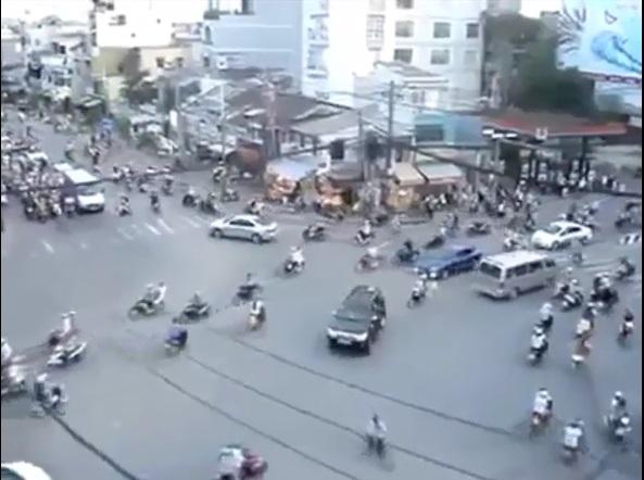Clip chóng mặt với cảnh đường phố hỗn loạn 6