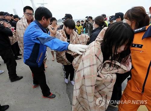 Cận cảnh công tác cứu hộ vụ chìm phà tại Hàn Quốc 9