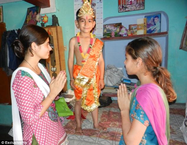 Vị thần Hindu đầu thai vào cậu bé 6 tuổi, có đuôi dài? 6