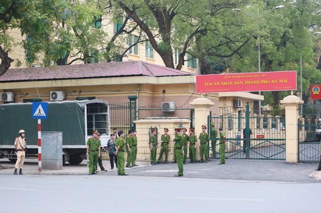 Hình ảnh ngoài TAND TP Hà Nội trước phiên xử bầu Kiên 10
