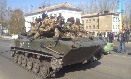 Ukraine: Người biểu tình chiếm 6 xe bọc thép cắm cờ Nga diễu phố 5