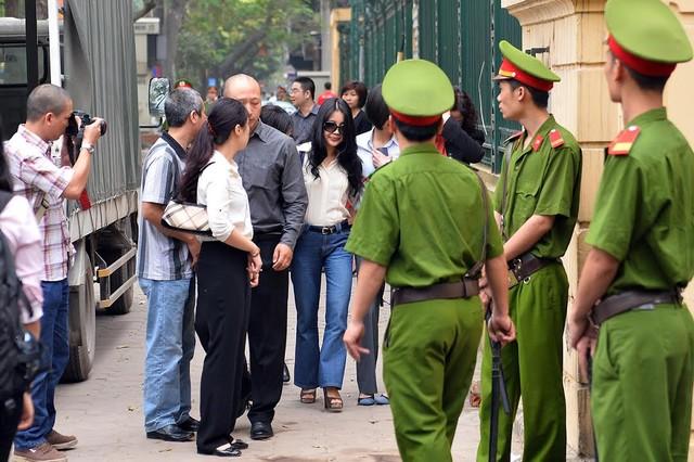 Hình ảnh ngoài TAND TP Hà Nội trước phiên xử bầu Kiên 8