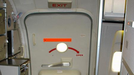 Hành khách Vietnam Airlines tự ý mở cửa thoát hiểm khi chuẩn bị bay 6