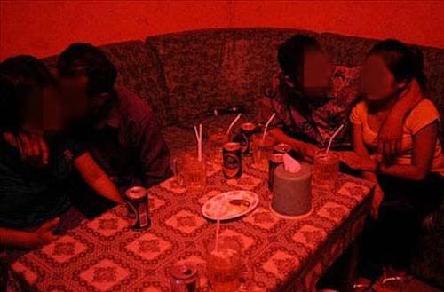 Những lắt léo của nghề PR trong quán karaoke đèn mờ 7
