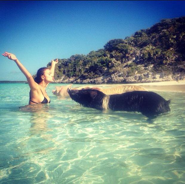 Ronaldo chấn thương, cô bồ Irina mặc bikini hôn lợn ở bãi biển 5