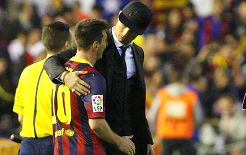 """Hiếm: Ronaldo """"vỗ về"""" Messi sau khi Real đánh bại Barca 5"""