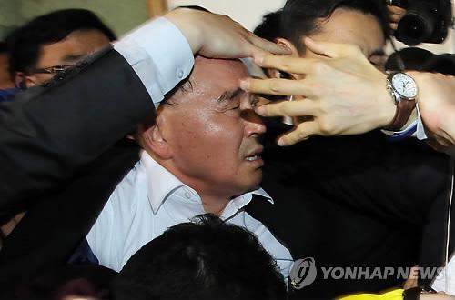Chìm phà Hàn Quốc: Người nhà nạn nhân ném chai nước vào thủ tướng  6
