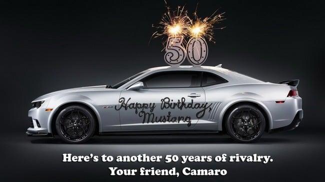 Ford Mustang được đối thủ truyền kiếp Chevrolet Camaro chúc mừng 5